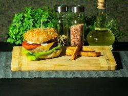 Burger din carne de oaie la grătar pe jar