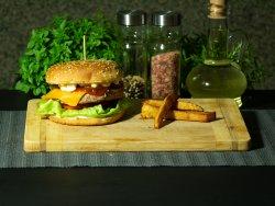 Burger din carne de pui la grătar pe jar