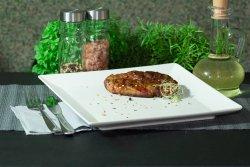 Ceafă de porc fără os la grătar pe jar cu mujdei de usturoi gratis
