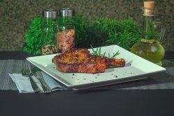 Cotlet de porc fara os la grătar pe jar cu mujdei de usturoi gratis