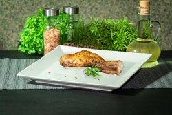 Sfert posterior de iepure prăjit pe grătar pe jar cu mujdei de usturoi gratis