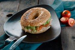 Bagel cu șuncă de curcan, căpșuni și avocado image