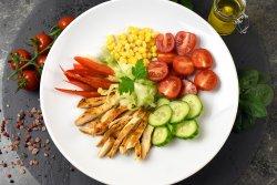 Salata cu piept de pui la gratar image