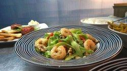 Salată de creveți cu avocado image