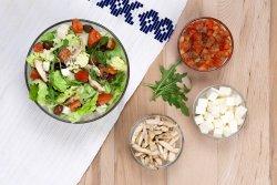 Salată cu piept de pui la grill și ingrediente la alegere