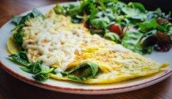 Omletă cu brânză și spanac image