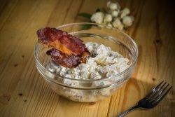 Salată cremoasă de cartofi, cu jambon crocant, castraveți murați, ceapă, sos de maioneză, ou fiert
