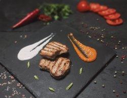 Cotlet de porc la grătar, cu sos tzatziki sau sos marinara