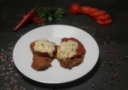 Piept de pui pane cu roșie coaptă și mozzarella