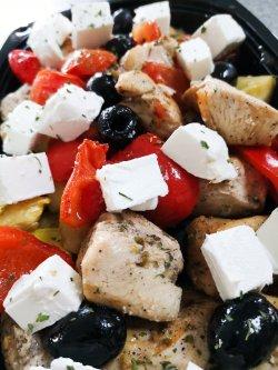 Piept de pui mediteranean, cu roșii, dovlecei, măsline și brânză feta