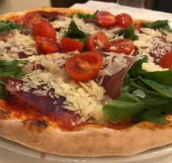 Pizza Prosciutto, rucola, grana, pomodori image