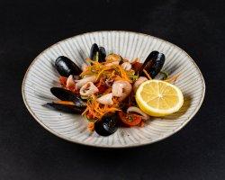 Salată Mediteraneană cu fructe de mare, apio, roșii cherry, morcov image