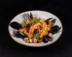 Spaghetti Allo Scoglio cu fructe de mare, ușor picante, roșii cherry image
