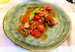 File de somon la cuptor cu hribi și roșii cherry image