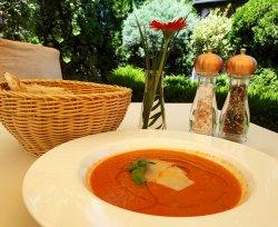 Supă cremă de roșii proaspete cu petale de parmezan image