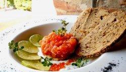 Tartar de somon proaspăt cu sos de iaurt, caviar de somon și petale de sare de Estrenc image