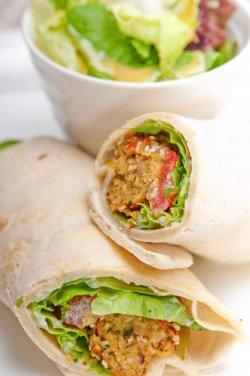 Wrap cu humus si mix de salată de crudităţi