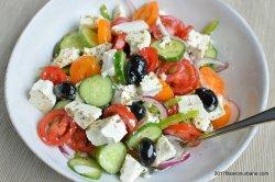 Salata grecească cu pui şi Feta