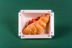 Croissant cu unt de arahide și căpșuni