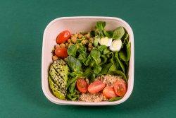 Salată cu avocado, năut și quinoa