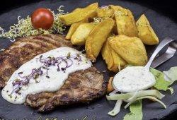 Cotlet de porc cu sos de piper verde și cartofi aurii