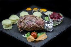 Ciolan de porc la cuptor cu cartofi piure, sfeclă roșie și sos de hrean