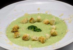 Supă crema de broccoli cu fulgi de migdale