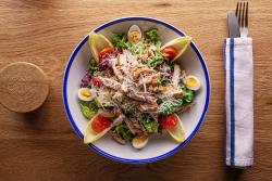 Salată nealcosa cu pui și ouă de prepeliță image