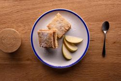 Prăjitură de casă cu mere răzălite image