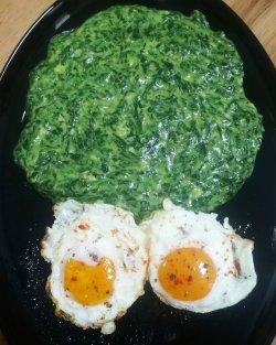 Spanac proaspăt cu 2 oua ochiuri