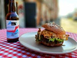 Burger cu schnitzel de porc și chiflă integrală
