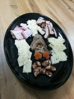 Platou cu brânzeturi și afumături