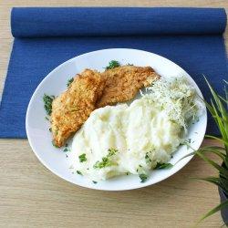 Șnițel de pui cu piure de cartofi și salată de varză image