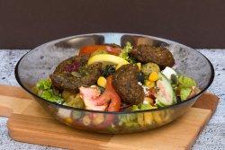 Salată cu falafel