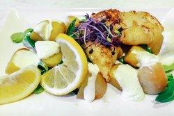 Calamari la grătar și cartofi cu sos alioli  image