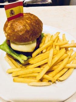 Chicken burger cu cartofi prăjiți image