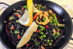 Paella cu orez negru, creveți și calamar  image