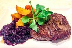 Steak de vită angus la grill cu ceapă caramelizată image