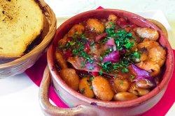 Tocană spaniolă de fasole cu jamón și chorizo image
