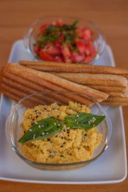 Hummus cu salsa de roșii și baghetă image