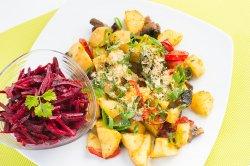 Cartofi copți cu ciuperci și salată de sfecla
