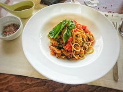 Spaghetti alla chitarra cu fructe de mare in sos de unt image