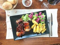 Coaste de porc cu sos Barbeque și cartofi cu rozmarin
