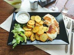 Piept de pui in crustă de caș afumat cu sos gorgonzola și cartofi fry n dip