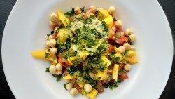 Salată de bulgur cu roșii, mango și alune de pădure image