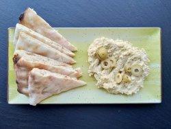 Hummus cu măsline verzi și focaccia image