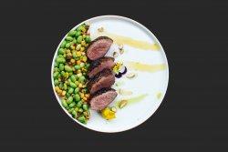 Salata colorata cu edamame, porumb si piept de rata image