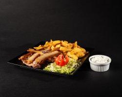 Ceafă țigănească cu cartofi prăjiți & sos usturoi image