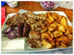 Mix grill cu cartofi wedges & sos usturoi