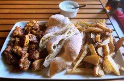 Gyros porc cu cartofi prăjiți & sos tzatziki & lipie carne porc, condimente, cartofi